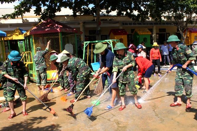 Gần 1.000 cán bộ, chiến sỹ Quân khu 4 tham gia giúp nhân dân khắc phục hậu quả mưa lụt